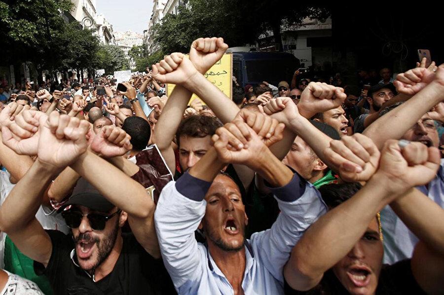 Radikal değişiklik talep eden göstericiler 12 Aralık'taki seçimlere karşı çıkıyor.