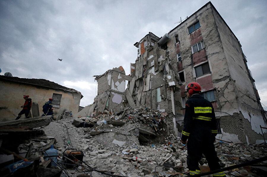Deprem bölgesinde arama kurtarma çalışmaları devam ediyor.