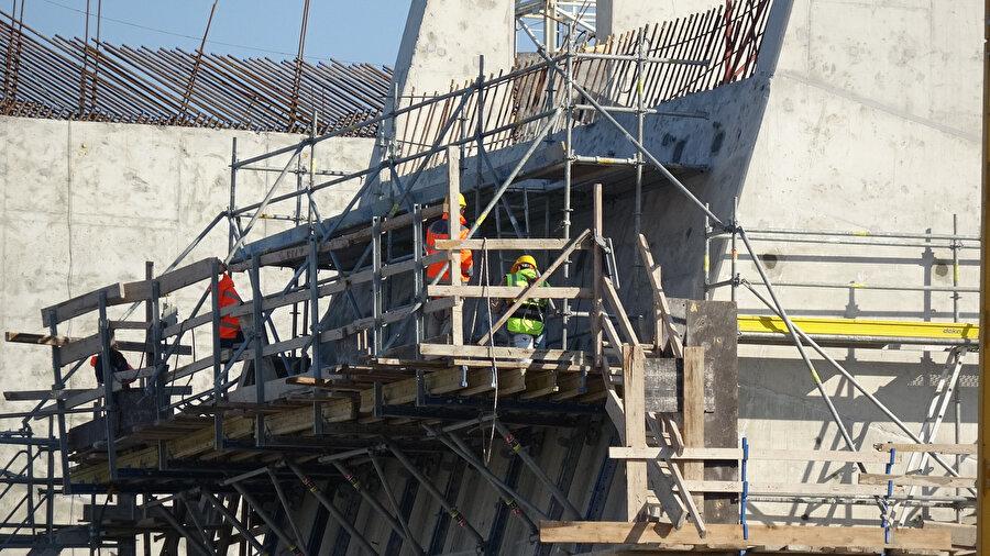 Köprünün çalışmasını yapan işçiler köprünün iskelesinde çalışıyor