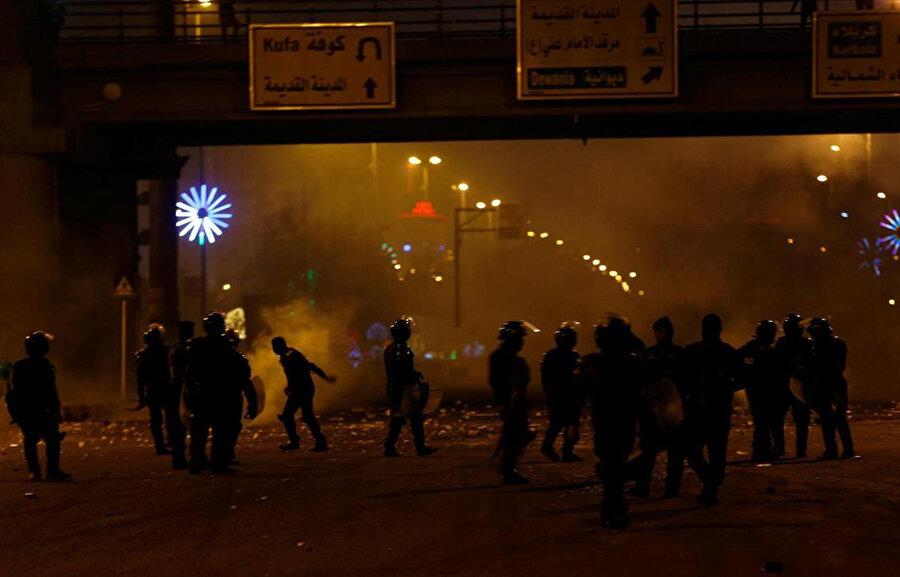 Necef'te İran Başkonsolosluğu'nu hedef alan göstericilere polis müdahalesi.