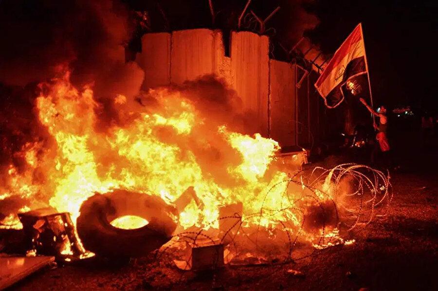 İran'a yönelik tepkilerin artması, Irak'ın Necef kentindeki İran Başkonsolosluğu'nun yakılmasıyla sonuçlandı.