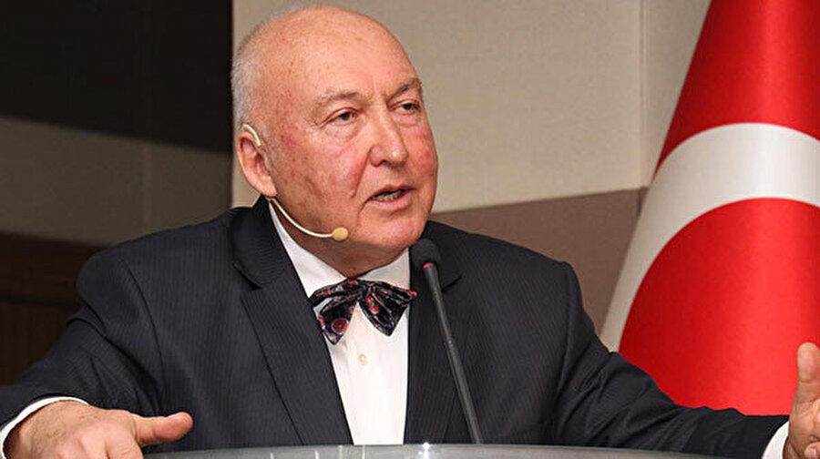 Prof. Dr. Övgün Ahmet Ercan, konuşmaya yaptığı sırada görünüyor.