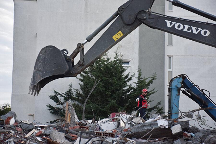 Arnavutluk'un Dıraç şehrinde meydana gelen 6,4'lük depremin ardından enkaz kaldırma çalışmaları böyle görüntülenmişti.