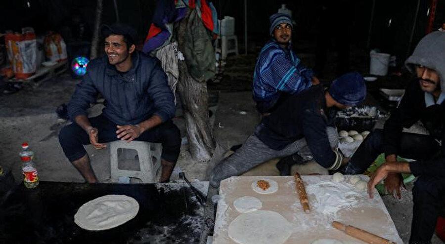 Mülteciler, Vucjak'ta aldıkları küçük gıda yardımlarından en iyi şekilde yararlanmaya çalışıyor. Memleketlerinde yaptıkları türden yassı ekmekler pişiriyorlar.
