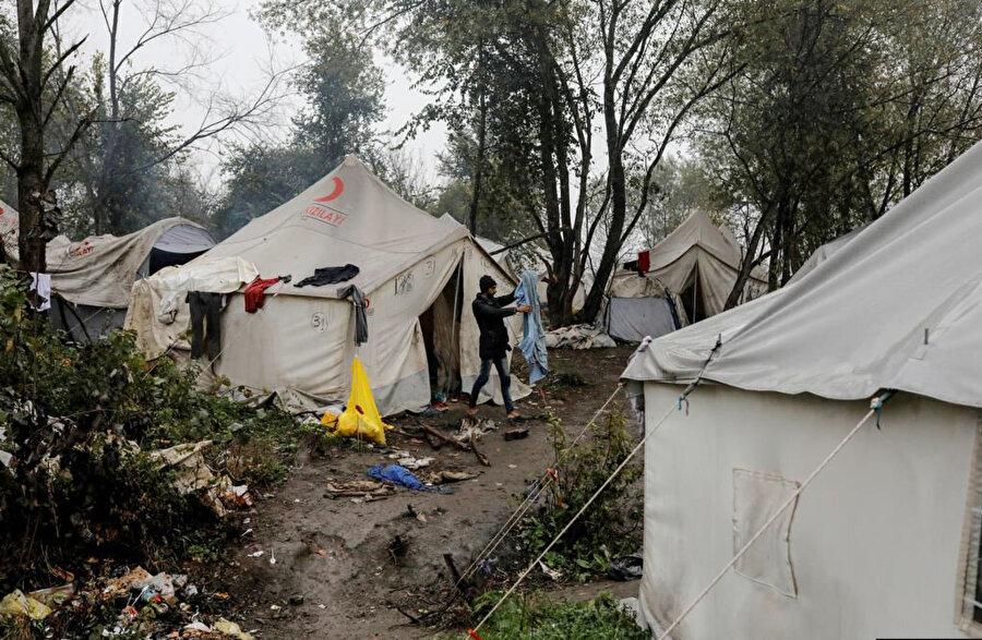 Mülteciler çamurun ve çöpün içinde yaşıyor.