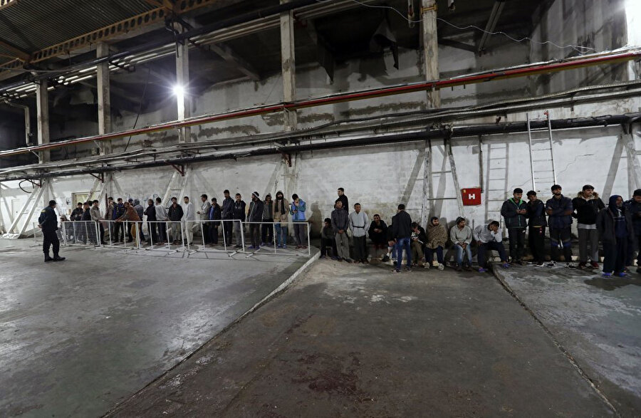 Yemek sırası bekleyen mülteciler.