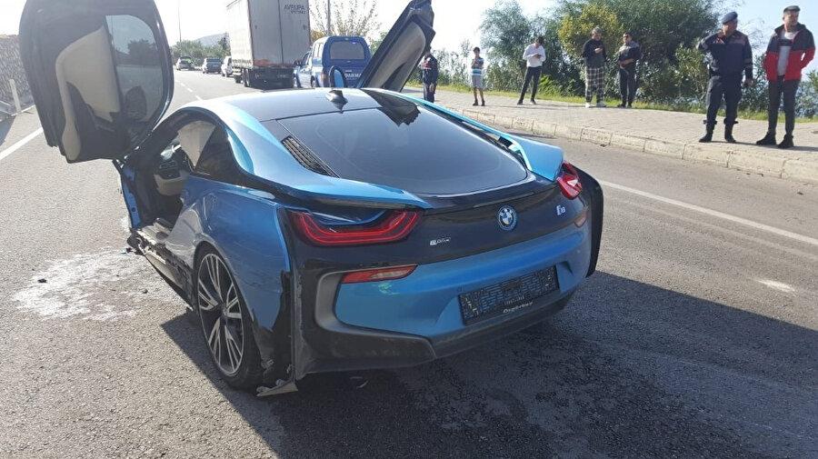 Lüks araç, sürücüsünün direksiyon hakimiyetini kaybetmesi sonucu bariyerlere çarptı.