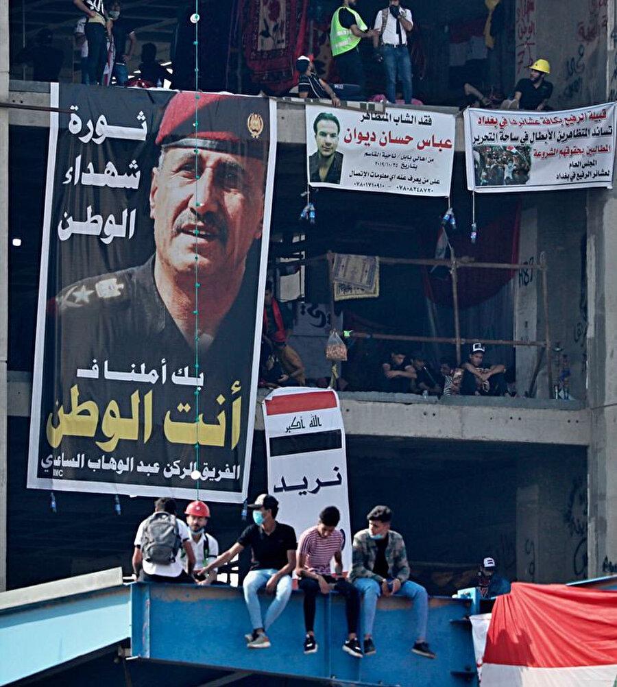 Irak'ta hükumet karşıtı gösteriler sırasında General Abdulvahap Saadi'nin posterleri asıldı.