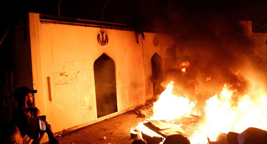 Necef'te ateşe verilen İran konsolosluğu.