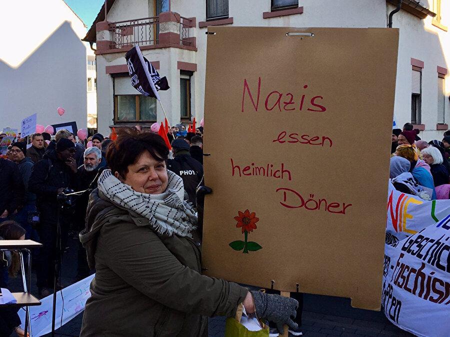 Naziler gizlice döner yiyor yazılı Almanca pankart.