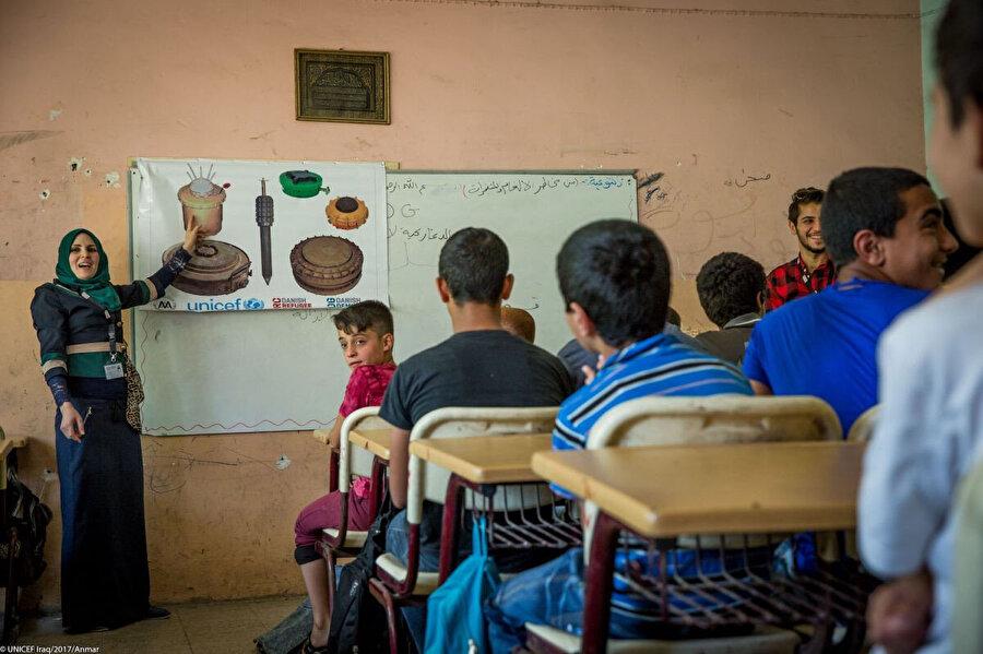 Musul'un doğusundaki ilkokuldaki bu çocuklar, birbirinden farklı mayınları nasıl ayırt edeceklerini öğreniyor.