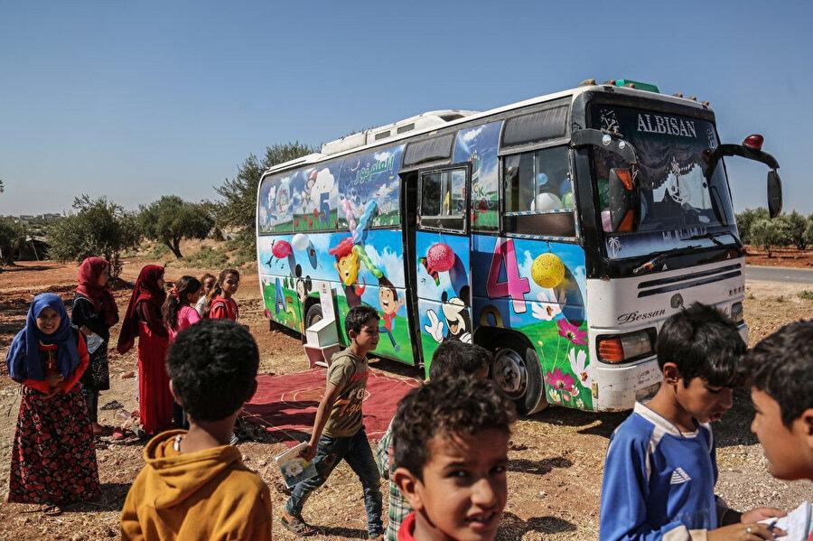 Suriyeli öğretmenler, 22 Eylül 2019'da fotoğrafta görülen seyyar okulları, İdlib ve Hama kırsalındaki mülteci çocuklara eğitim vermek için yeniden düzenlediler. Proje, Suriye'deki iç savaş sonucu okullarını bırakmak zorunda kalan 5-12 yaşları arasındaki yaklaşık 1.000 çocuğa eğitim vermeyi hedefliyor.