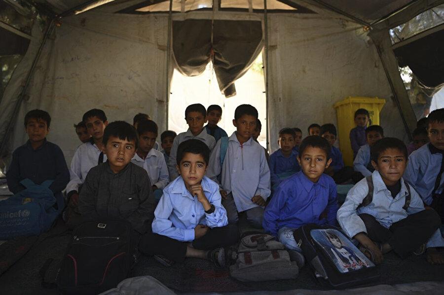 Herat'daki bu mülteci kampında çadırda eğitim alan Afgan öğrenciler, derse hazırlanıyor. Uluslararası vakıfların finanse ettiği okulun 1.890 öğrencisi bulunuyor.