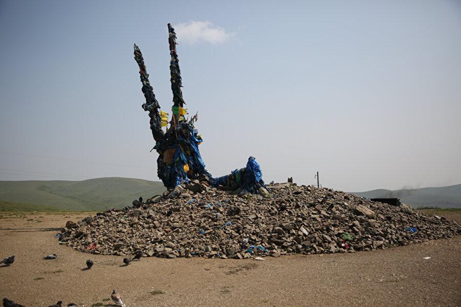 Ovoo denilen bu kutsal taş yığınları yolcuların dualarıyla var oluyor. Yol boyunca kötülüklerden korunmak için Ovoo'nun etrafında üç kez dönen yolcular, her dönüşte mabede bir çakıl taşı atıyor.( Fotoğraf: Erhan İdiz)