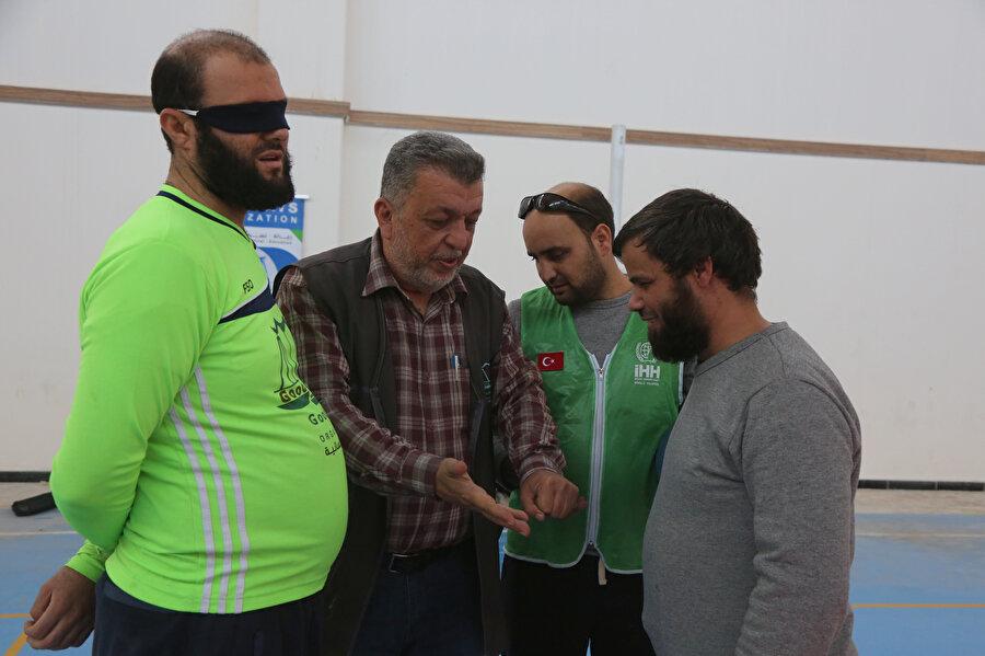 Turnuvaya katılan engelliler konuşurken