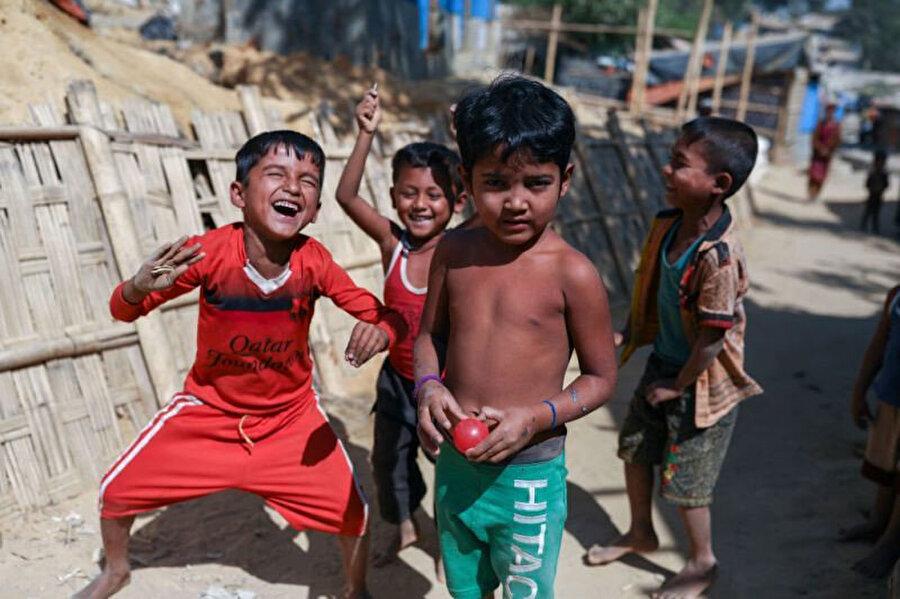 Bangladeş'teki Cox's Bazar bölgesinde mülteci kamplarında oyun oynayan Arakanlı çocuklar.