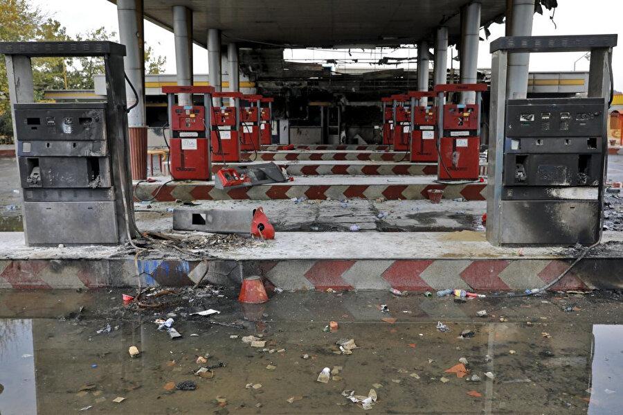 İran'daki protestolar sırasında saldırıya uğrayan bir benzin istasyonu.