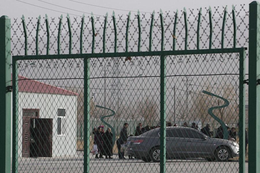 Uygur Türklerine Çin kültürünü aşılamayı amaçlayan Sincan bölgesindeki toplama kampları.