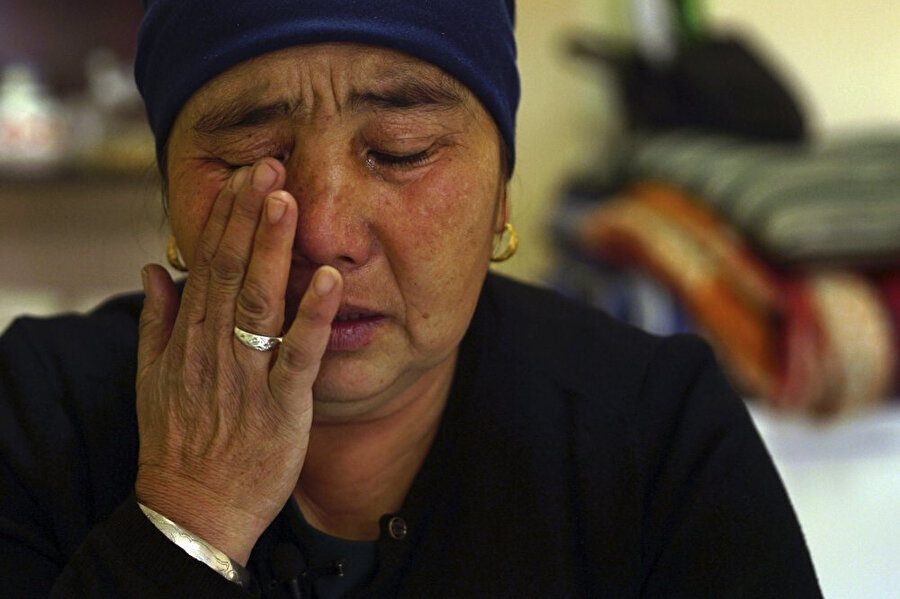 Kızı, Çin'in toplama kamplarında tutulan anne, üniversite mezunu olan kızının kampa alınmadan önce bir işi olduğunu söylüyor. Kızının kamptaki tekstil atölyesinde ücret verilmeden çalıştırıldığını söyleyen anne, gözyaşlarına hakim olamıyor.