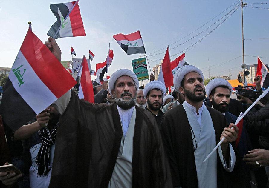 Irak'ta Şii din adamları başkent Bağdat'taki Tahrir Meydanı'ndaki gösterilerde.