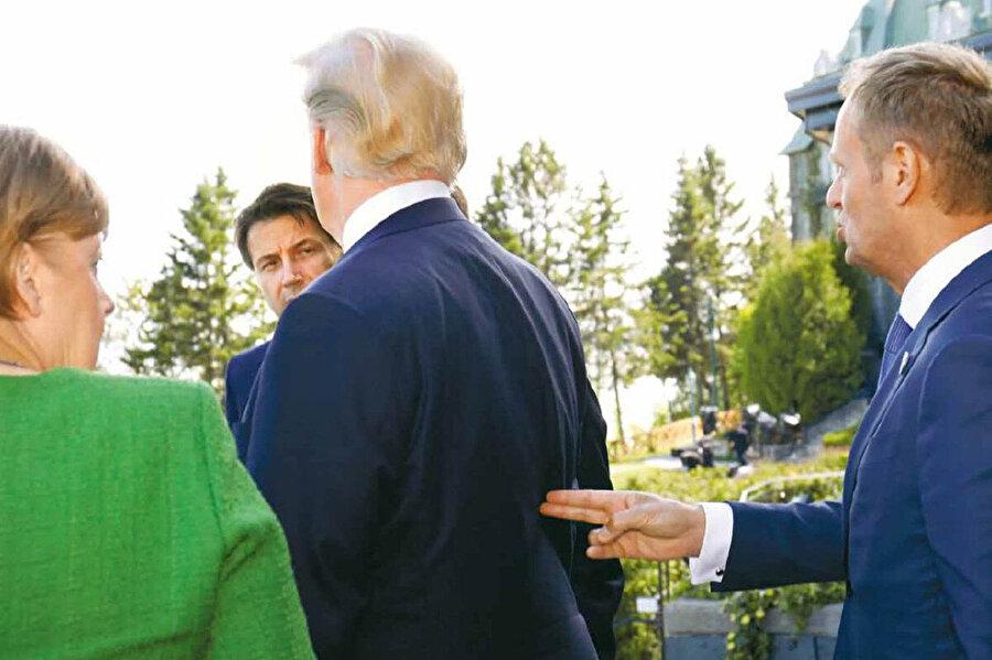 Tusk'ın Trump'a eliyle silah işareti yaptığı an