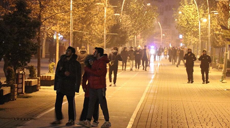 Bolu'da depremin etkisiyle sokaklara çıkan vatandaşlar
