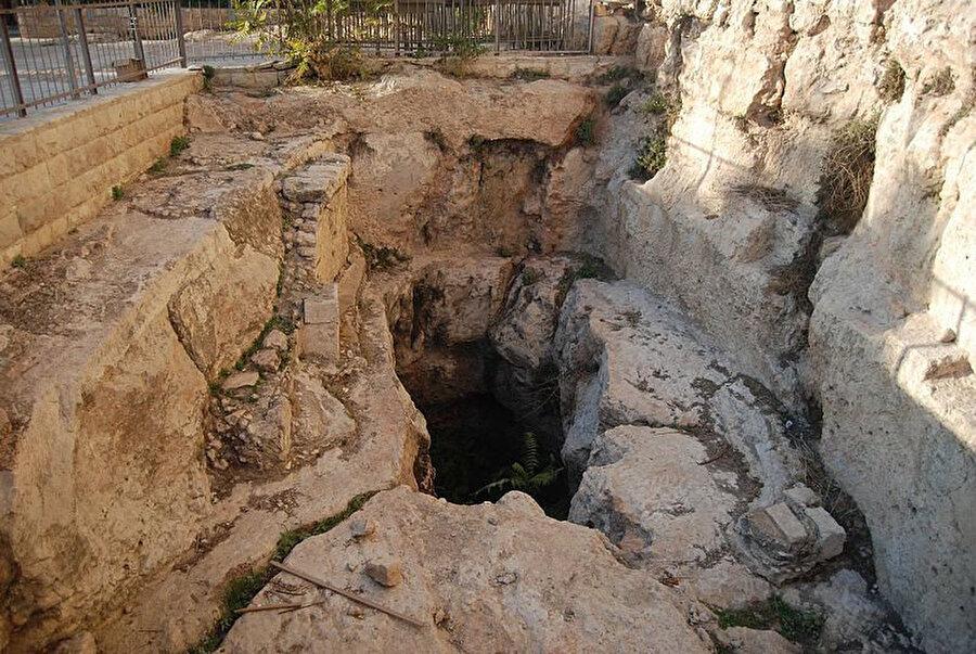 Peygamber mezarlarının bulunduğuna inanılan mağara.
