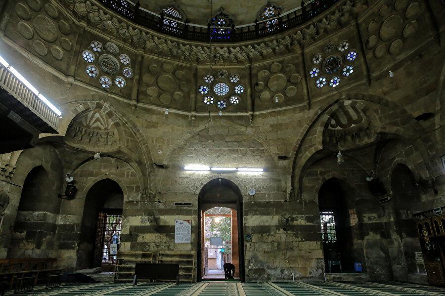 Cami, klasik Osmanlı tarzını yansıtıyor.