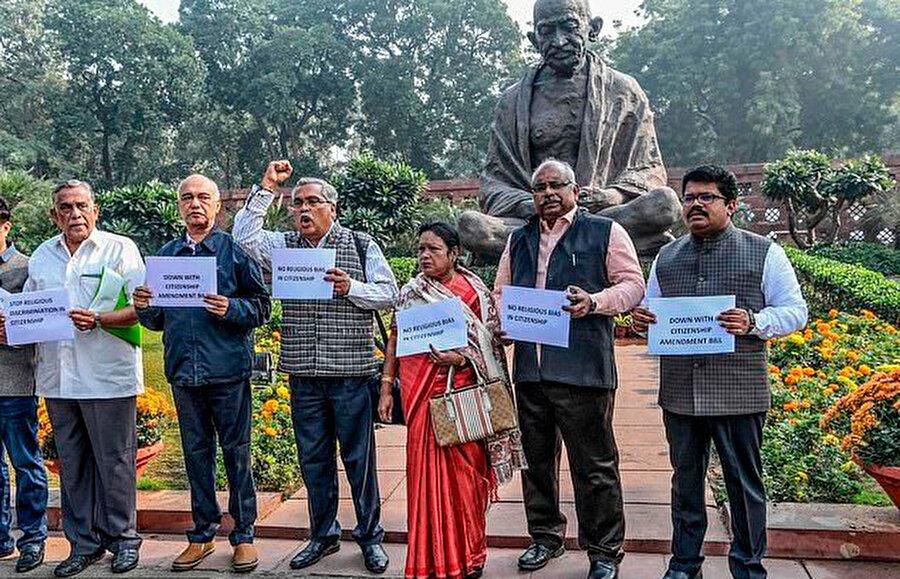 Sol partilerden parlamento üyeleri yeni yasayı protesto etti.