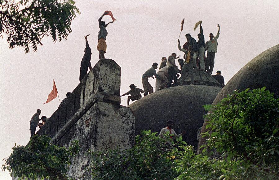 Hint mahkemesi, 6 Aralık 1992'de Hindu çeteler tarafından yıkılan Babri Camisi arazisini tapınak inşa etmeleri için Hindulara tahsis etti.