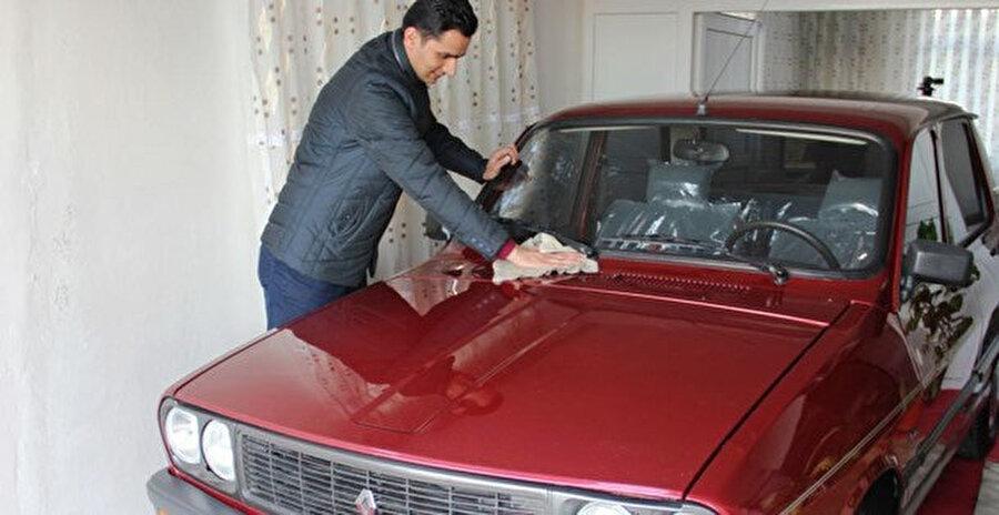 Samsun'un Alaçam ilçesinde yaşayan Turgay Baş, 1999 model Toros model otomobilini evinin bir odasında saklıyor.