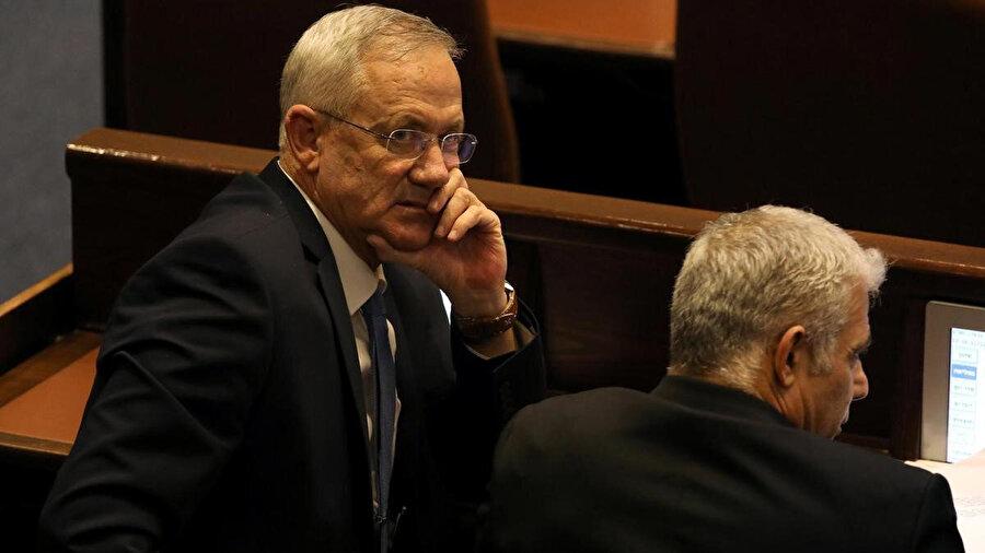 Eski İsrail Genelkurmay Başkanı Benny Gantz (solda) ve eski gazeteci Yair Lapid sabaha karşı düzenlenen oylama sırasında.