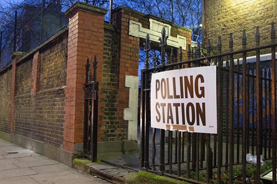 Yaklaşık 46 milyon seçmenin bulunduğu İngiltere'de oy verme işlemi, yerel saatle 07.00'de (TSİ 10.00) başladınn