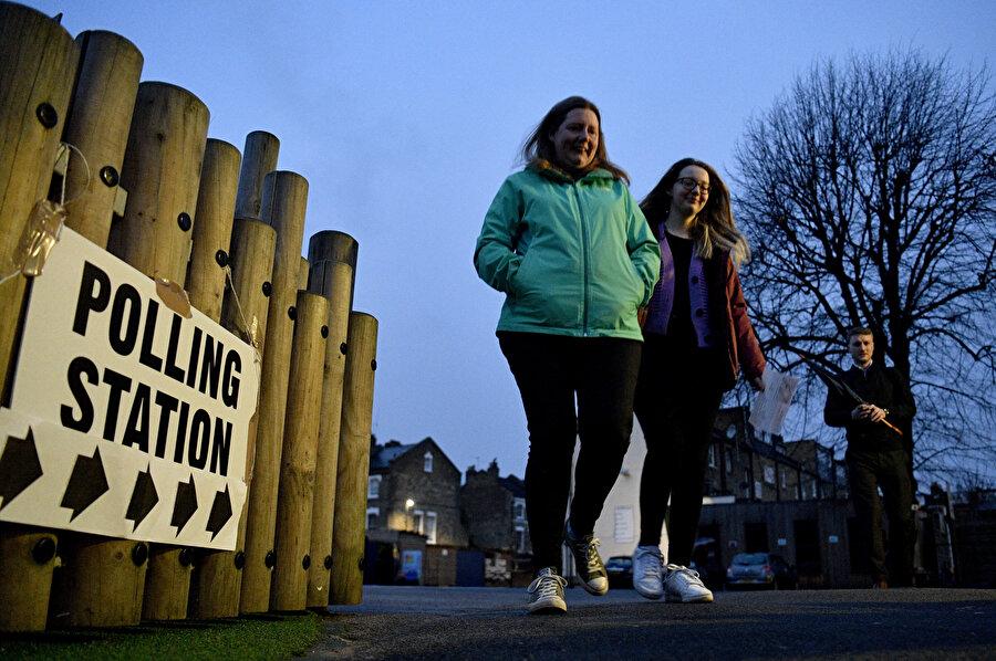 İngiltere'deki erken seçim için oy kullanan seçmenler