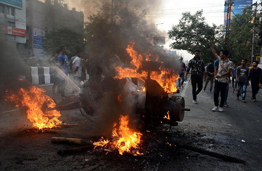 Assam eyaletinde yasayı protesto eden göstericiler araçları ateşe vererek yolları kapattı.
