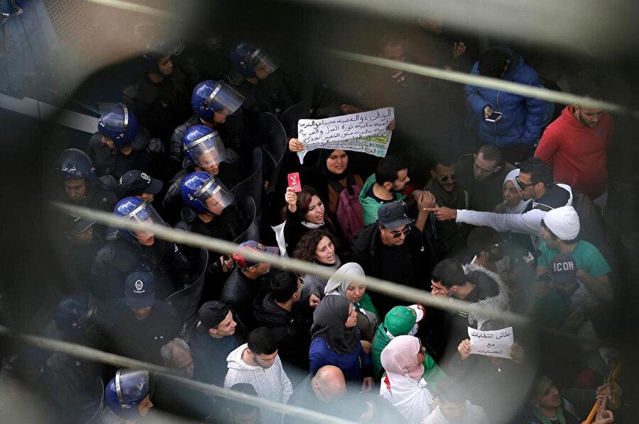 Cezayir'de seçim protestosu.