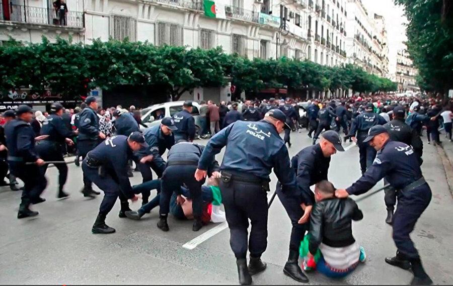 Seçimi protesto eden göstericilere polis müdahale etti.