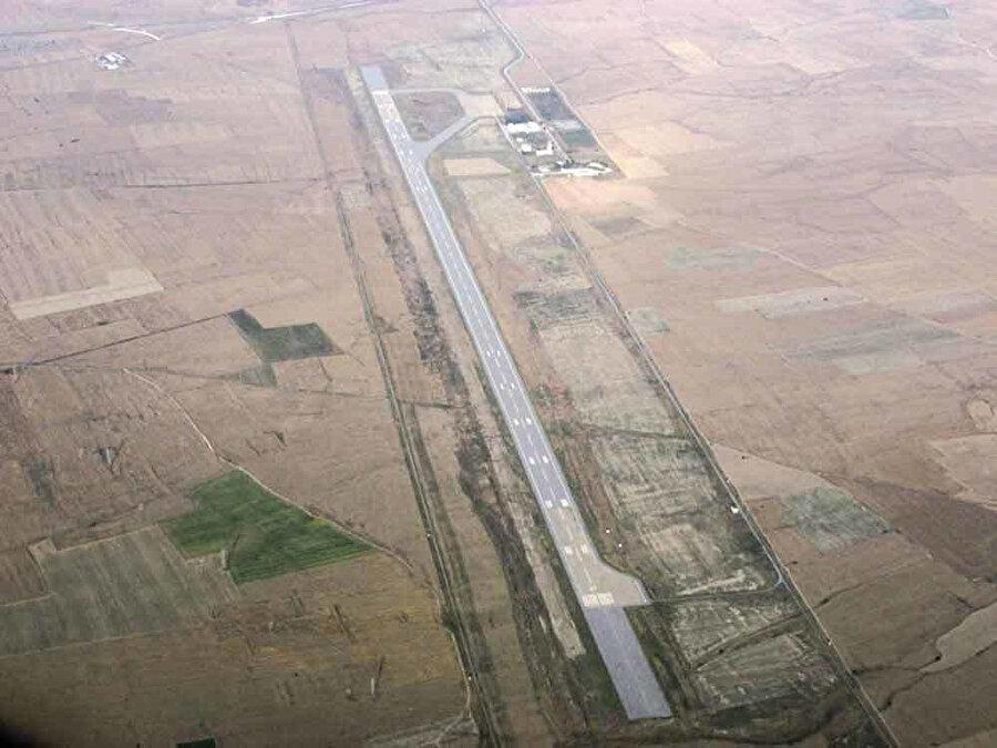 Geçitkale Havaalanı'nda savaş uçaklarının rahatlıkla iniş kalkış yapacağı alan bulunuyor