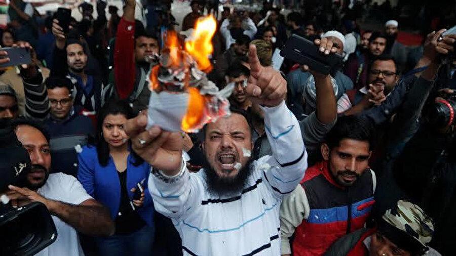 Müslüman azınlıklar, kendilerini yok sayan yasaya tepkili.