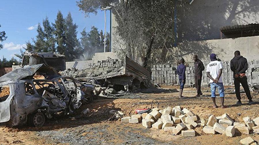 Libya'nın başkenti Trablus'un güneyinde bir fabrikaya düzenlenen hava saldırısının ardından...
