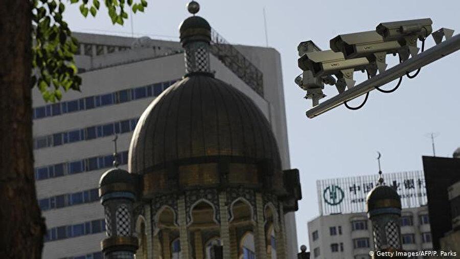 Uygur Türkleri toplama kamplarının dışında da kameralarla 7 gün 24 saat her yerde izleniyor.