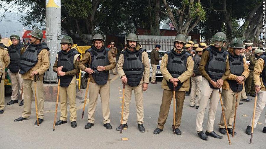 Yeni Delhi'nin Eski Delhi (Old Delhi) bölgesinde bulunan tarihi Kızıl Kale etrafında önlem alan polisler.