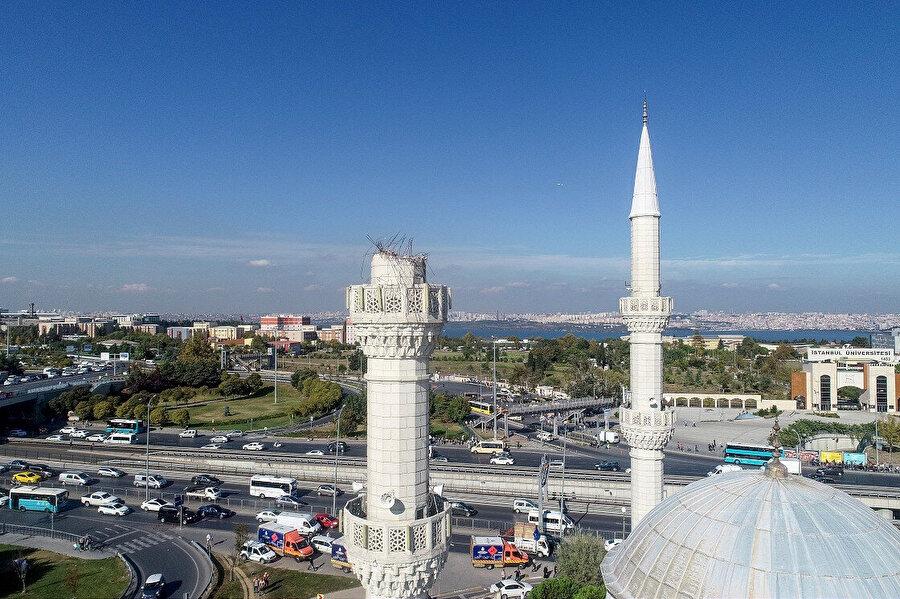 Depremde minaresi hasar gören cami