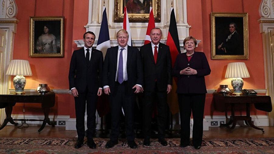 Dörtlü NATO zirvesindeki liderlerden toplu fotoğraf