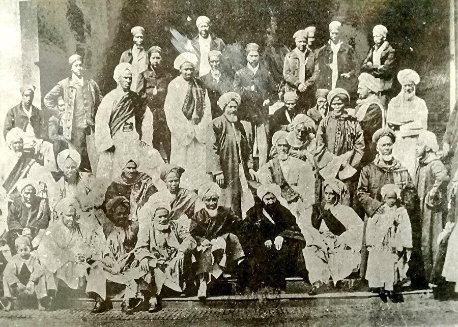 Ebubekir Efendi'nin (ortada biraz sağda) Güney Afrika'ya gelmesiyle bölgede yaşayan Müslümanlarla çekildiği fotoğraf. Ebubekir Efendi raporlarında
