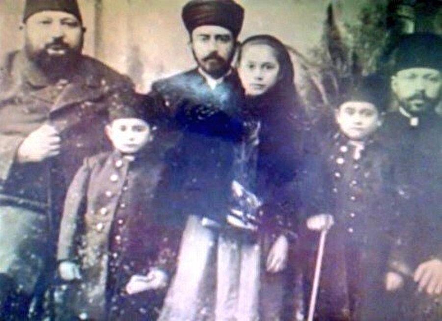 Ahmed Ataullah Efendi çocuklarıyla, 1900 yılı. Fotoğrafta önünde duran kızı Dr. Havva Hayrunnisa Güney Afrika'nın ilk Müslüman kadın doktorudur.