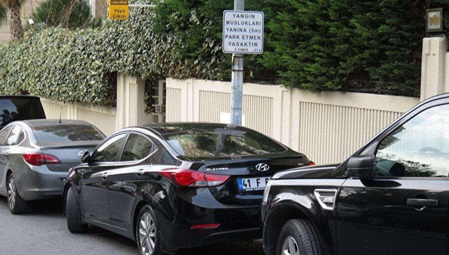 Yangın musluklarının 5 m yanına park etmek yasaktır levhasına rağmen park eden araçlar