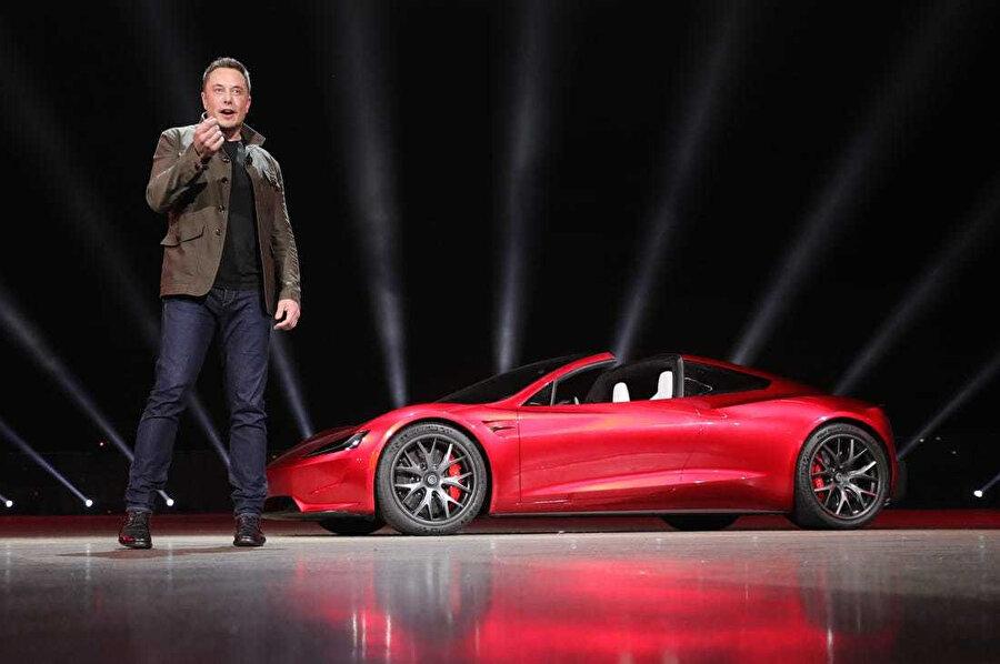 Elon Musk Tesla Roadster'ı tanıtırken