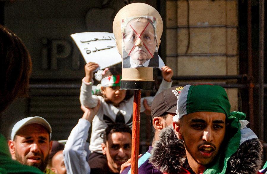 1999 yılından bu yana dört dönemdir Cumhurbaşkanlığı görevini yürüten Cumhurbaşkanı Abdulaziz Buteflika'nın yeniden aday olmasını protesto eden göstericiler.