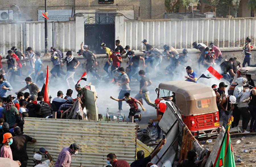 Irak'ta işsizlik, yolsuzluk gibi ülkede yıllardır çözülemeyen sorunlara karşı düzenlenen gösterilerde polisin sert müdahalesi sonucu yüzlerce insan hayatını kaybetti.